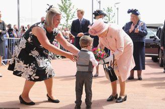 萌娃给英女王献花后大哭