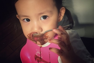 黄磊小女儿吃冰淇淋
