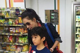张柏芝带两个儿子逛超市