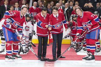 李克强为加拿大冰球队开球