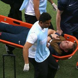 英格兰队医庆祝受伤被抬出场