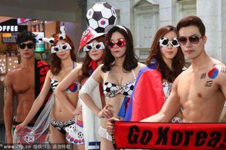 高清图-韩国模特秀身材为男足助威
