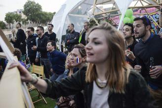 高清图-巴黎球迷庆祝法国获胜