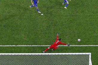 高清图-梅西进球瞬间再现经典1V6神图