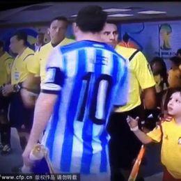 小球童赛前找梅西握手遭无视