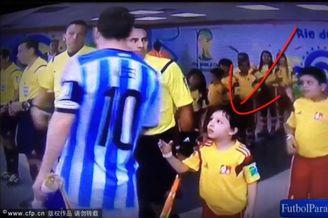 高清图-小球童赛前找梅西握手遭无视