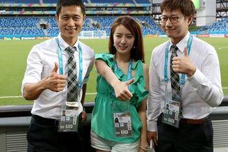 高清图-前韩国国脚与美女主持助威韩国