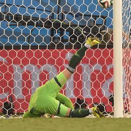 第48球:俄门将黄油手送韩国一球