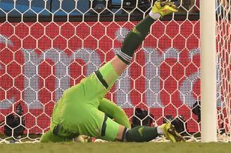 高清图-第48球:俄门将黄油手送韩国一球