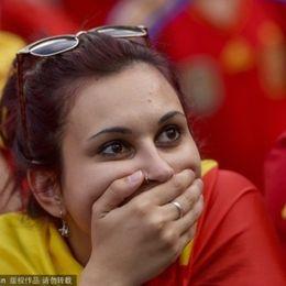 卫冕冠军西班牙出局球迷悲伤泪流成河