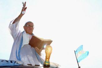 高清图-球迷扮教皇支持阿根廷