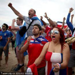 哥斯达黎加连克强敌球迷忘情庆祝