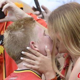 比利时绝杀德布鲁因激吻女友