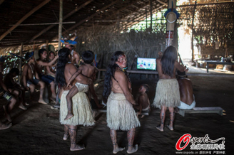 高清图-玛瑙斯土著围观巴西队比赛