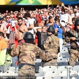 巴西警察观众区持枪维护治安