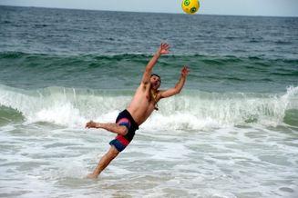 高清图-新浪直击阿根廷球迷海滩神扑救