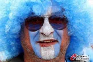 高清图-阿根廷尼日利亚球迷个性装束抢眼