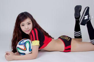高清图-新生代演员肖雅婷化身足球宝贝