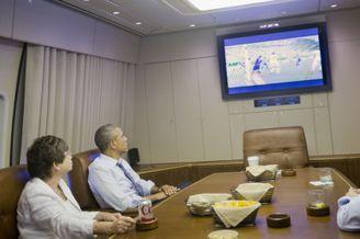 高清图-奥巴马空军一号上看世界杯