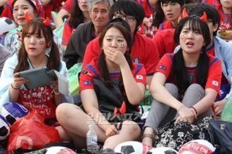 高清图-韩国出局球迷痛哭