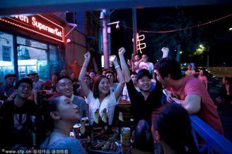 高清图-中国球迷大排档看世界杯