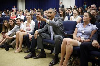 高清图-奥巴马白宫组织看球助威美国