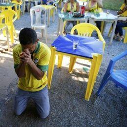 为球队祈祷的各国球迷