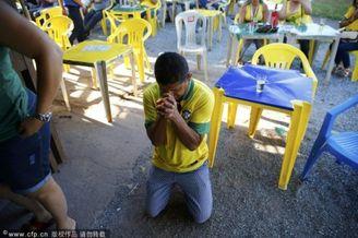 高清图-为球队祈祷的各国球迷