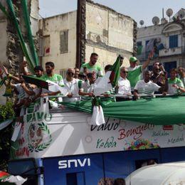 阿尔及利亚回国球迷迎接