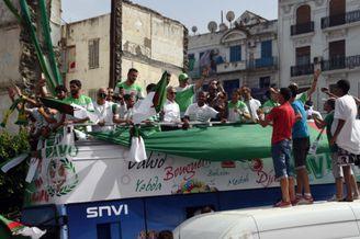 高清图-阿尔及利亚回国球迷迎接