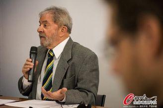 高清图-巴西前总统出席发布会力挺苏牙