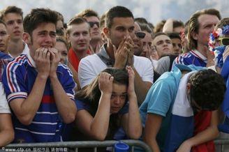 高清图-法国遭淘汰本土球迷痛哭流涕