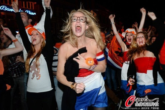 高清图-荷兰国内球迷激情助威