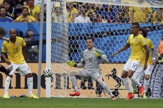 高清图-第169球:詹俊狂赞之人再破巴西