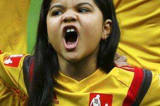 高清图-小球童唱国歌情绪激昂