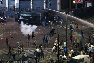 高清图-阿根廷错失冠军 极端球迷与警察发生冲突