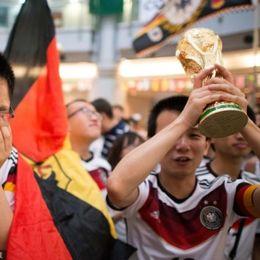 各地德国球迷欢聚见证球队最终捧杯