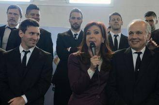 高清图-阿根廷队归国与球迷总统见面