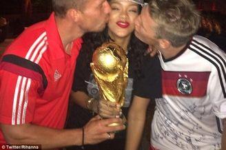 高清图-蕾哈娜遭德国球星左右夹击热吻