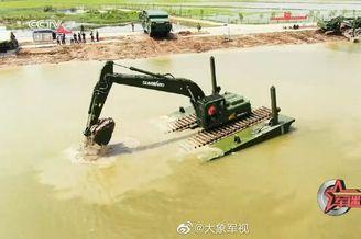 武警抗洪装备:水上开的挖掘机