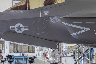 F-35C舰载机前起落架高清照