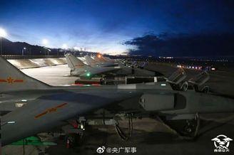 西部战区飞豹战机夜间训练