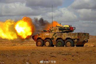 陆军11式轮突大漠戈壁实弹射击