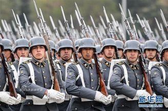 智利独立日阅兵德式钢盔瞩目