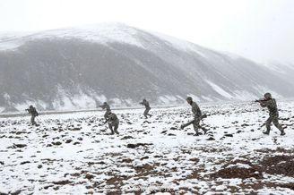 解放軍在海拔4500米高原演練