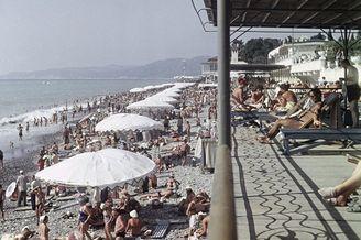 前苏联炎热夏日:泳装少女玩耍
