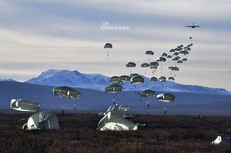 美国陆军伞兵乘C130空降训练