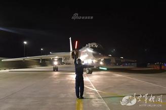空军某部轰6K大漠夜训锤炼战力