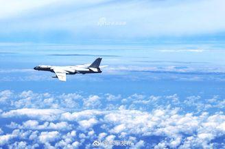 我空军轰6K领衔机群持续绕台