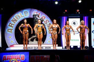 职业健美大赛上的美军女兵